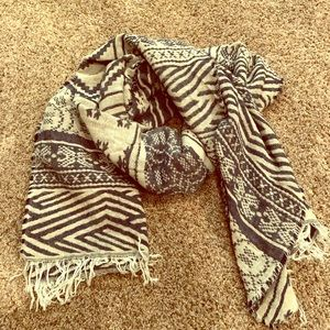 Accessories - Gorgeous scarf with indigo colored design